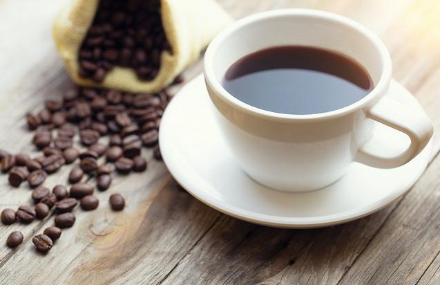 filiżanka kawy i kawowe ziarna
